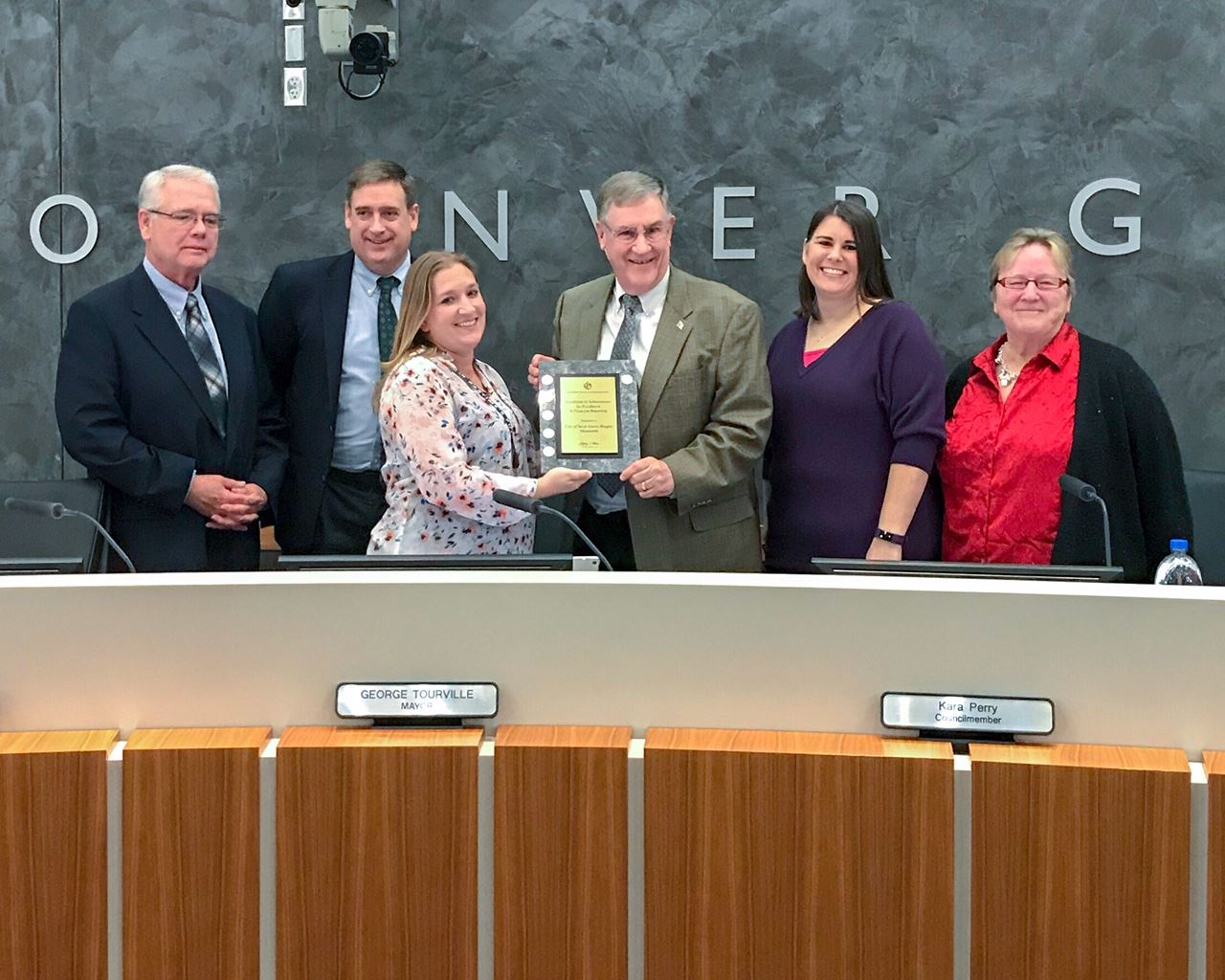 Image of Finance Director Smith with Inver Grove Heights City Council when recognized by CFOA for Ci